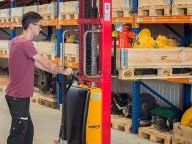 Pracownik za pomocą wózka widłowego wyciąga pompę hydrauliczną dla klienta