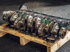 Uszkodzony wał silnika spalinowego przygotowany do regeneracji