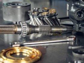 Elementy pompy hydraulicznej w w trakcie składania na serwisie