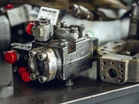 Pompa hydrauliczna w trakcie naprawy w serwisie