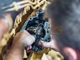 Mechanik naprawia silnik spalinowy diesla